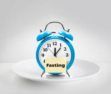 Le jeûne intermittent réduit plus vite le taux de graisses dans le sang