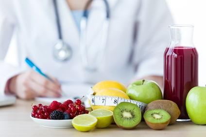 Adhérer à un régime alimentaire allégé en acides gras et riche en fruits, légumes et céréales apporte de multiples avantages pour la santé des femmes