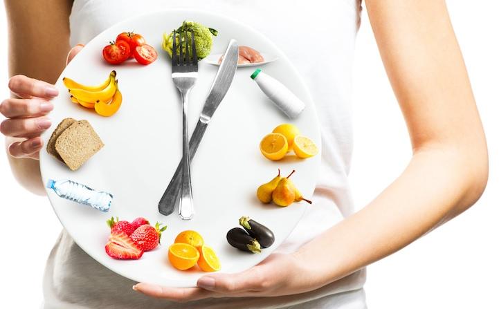 Le jeûne intermittent ou l'alimentation plus tôt dans la journée semblent avoir un effet de réduction de l'appétit et d'amélioration de la combustion des graisses