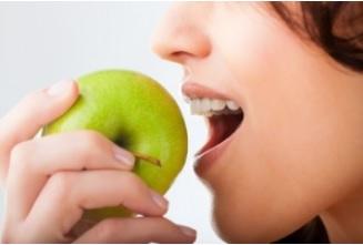 Une pomme comporte environ 100 millions de bactéries dont la plupart sont à l'intérieur du fruit.